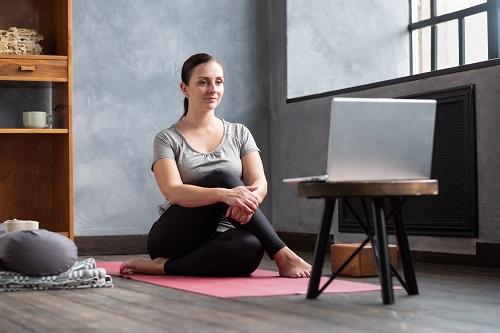 girl sitting in half lord of the fishes ardha mats 9N8HEZS - Cómo ser profesor de pilates en la actualidad
