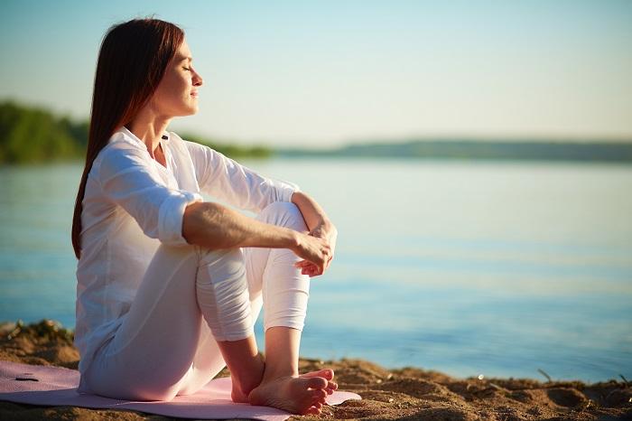 wellness relaxed woman enjoying the sea - Wellness como complemento al Pilates
