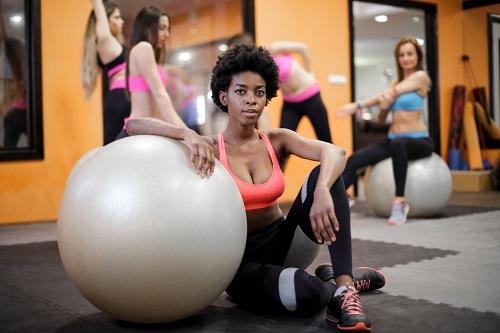 blackwoman fitball - Guía de Cómo y Dónde Formarse en Pilates